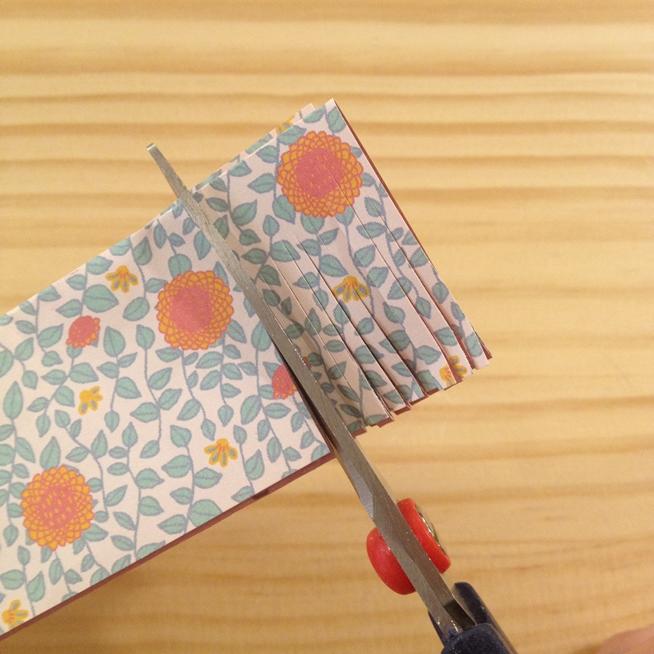 Paso2: Con las tijeras hacemos cortes paralelos