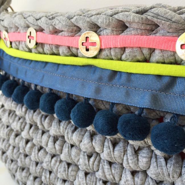 Detalle de los adornos del bolso de trapillo