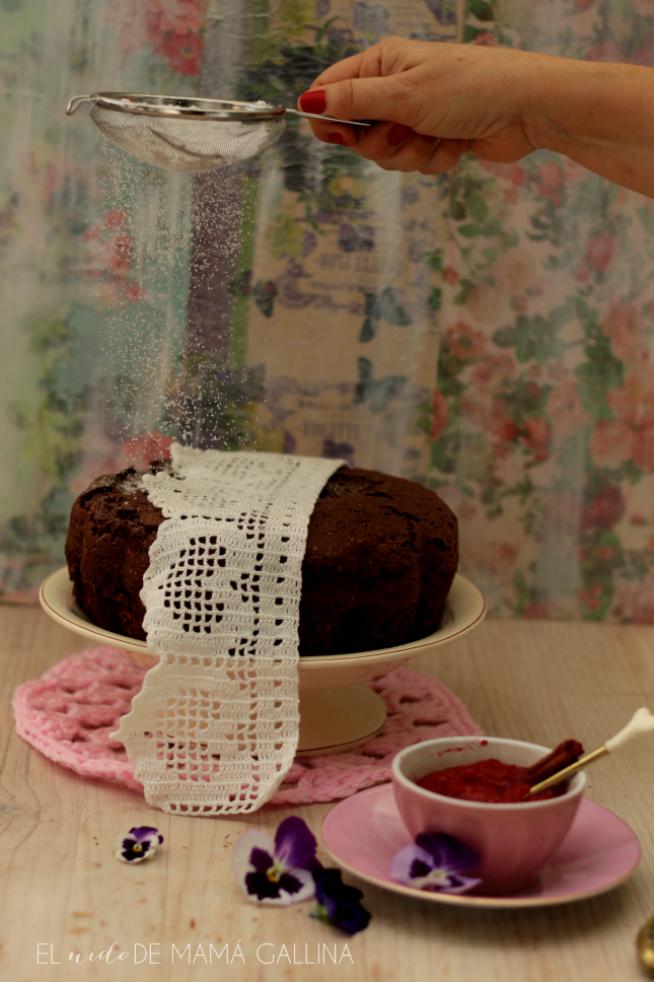 Toque de azúcar glas sobre el bizcocho ligero de chocolate