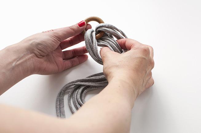 pasamos las tiras de trapillo por el lazo que hemos formado