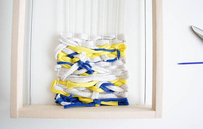 Una vez terminado damos la vuelta al telar y escondemos todas los hilos que sobran