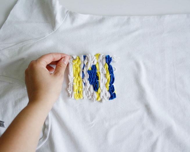 Presentamos el bolsillo en la camiseta y los sujetamos con alfileres