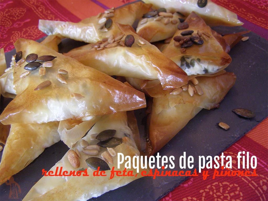 Paquetes de queso feta, espinacas y piñones