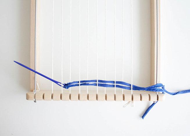 Con ayuda de la aguja lanera y el trapillo comenzamos a tejer