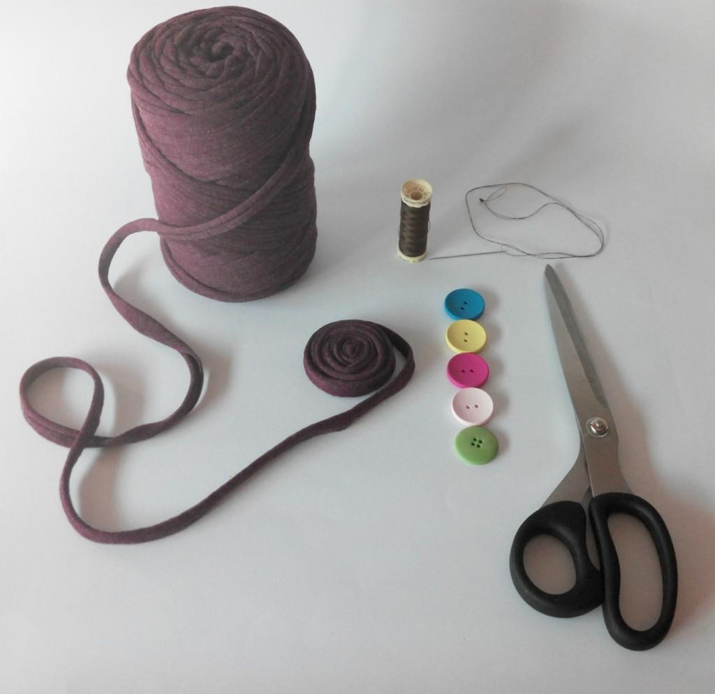 Materiales para hacer un broche DIY con trapillo y fieltro