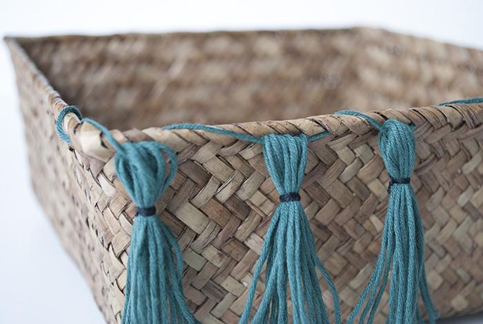 Detalle de las borlas en el cesto de paja