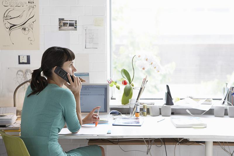 Mujer-hablando-por-telefono_web