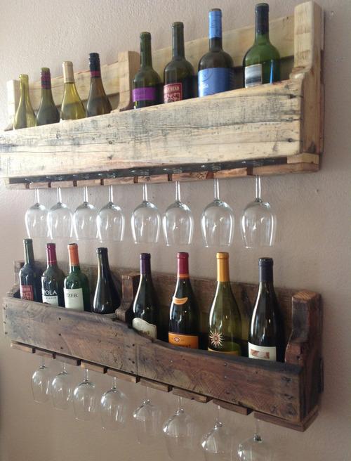 Estante para copas y botellas hecho con palets