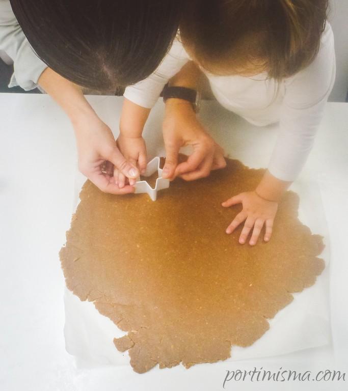 Con un molde damos forma a las galletas