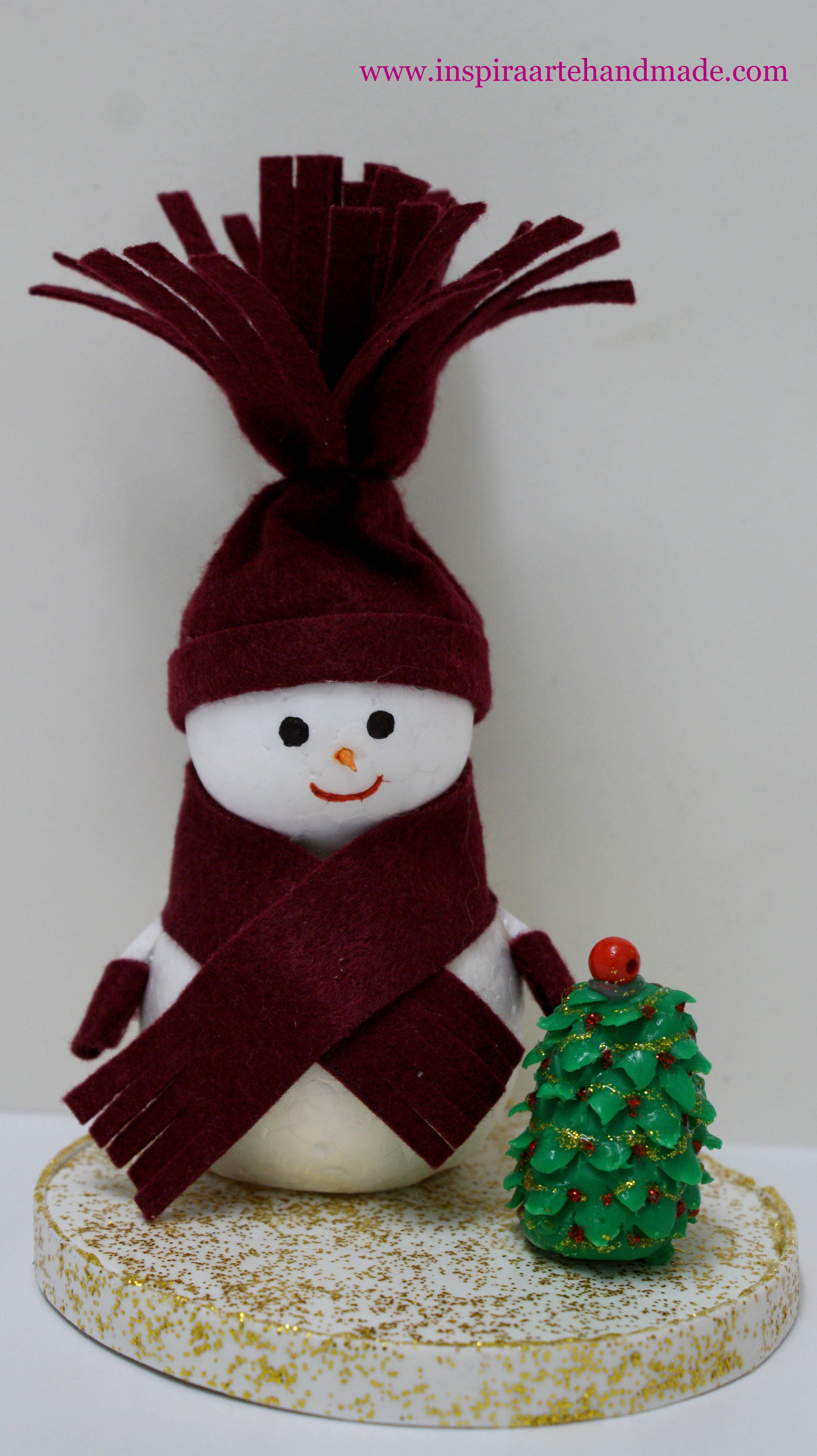 Muñeco de nieve con árbol