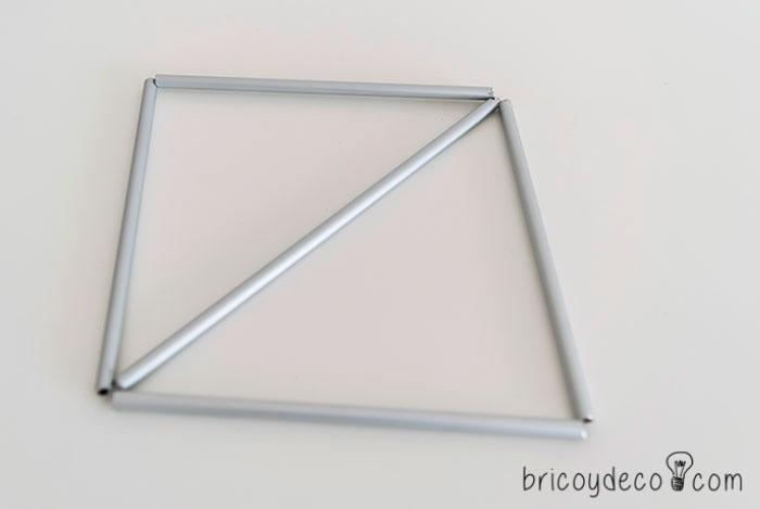 Formar un cuadrado con los tubos metálicos
