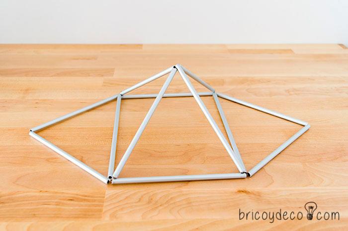 se formará una pirámide y dos triángulos laterales