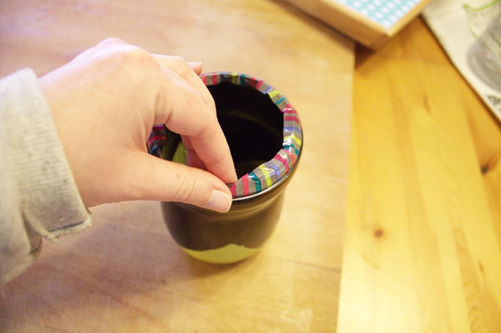 DIY de reciclaje - Portalapices DIY con bote de cola-cao - Colocar washi tape