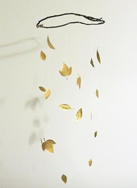 Móvil realizado con hojas